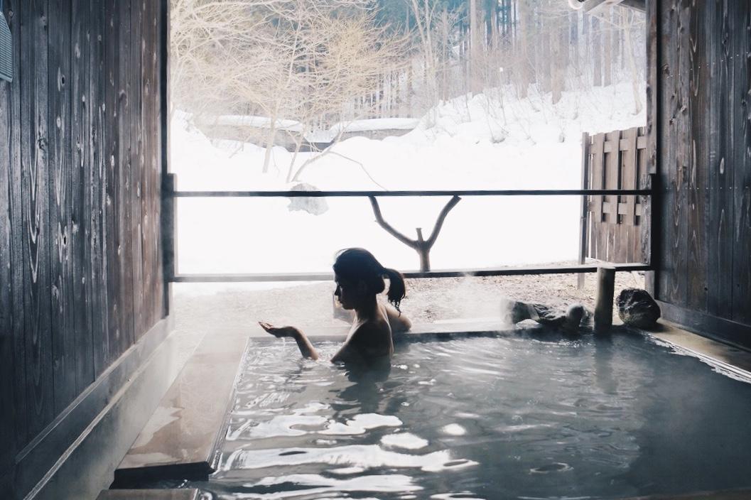 【北秋田の旅】奇跡の乳白色温泉と曲げわっぱづくりと秋田犬と